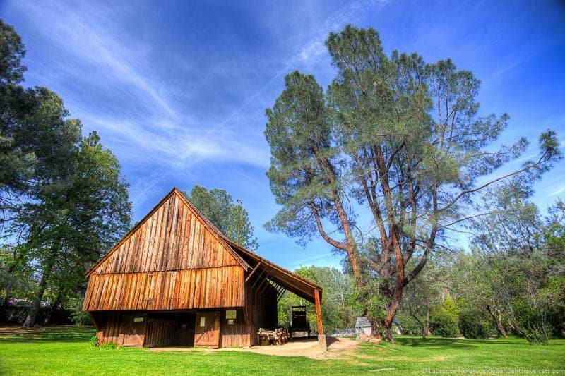 Barn-in-old-Shasta-Town-California_by_La